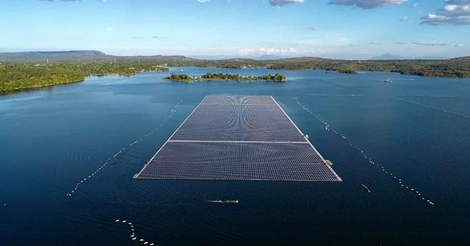 """คืบหน้า """"โซลาร์เซลล์ลอยน้ำไฮบริดเขื่อนสิรินธร"""" ใหญ่ที่สุดในโลก แล้วเสร็จกว่า 80% พร้อมจ่ายไฟฟ้าจากพลังงานสะอาดกลางปี 64"""